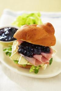bc-23-ham-sndwch-with-blueberry-chutney